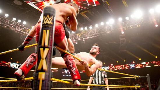 Overraskende mange av angripene hans er fotballbasert! (WWE)