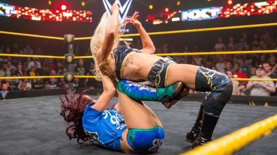 At Sasha har forbedret Charlottes t-skjorte design ved hjelp av maskeringstape og sprittusj er også et fint touch. (NXT)