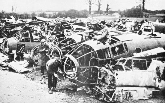 Tyske bombefly resirkuleres for krigsviktige materialer av engelske arbeidere forvinteren 1940. (RAFmuseum)