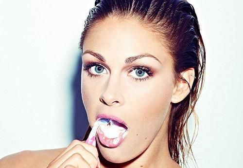 Typisk guttejente:  Kraftig make-up, og plettfri dentalhygiene! (Stella/Bonniers)
