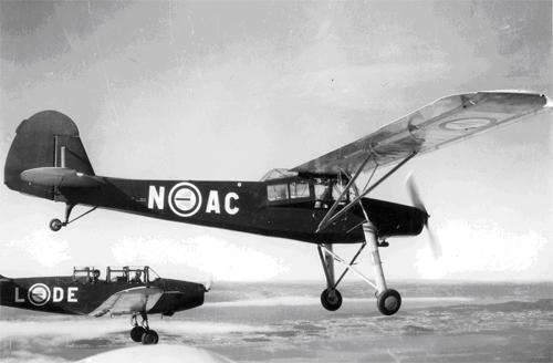 En Storch i formasjon med to Fairchild Cornell's over Kjeller flyplass ca. 1950. Flyene er malt i skolefly-fargene vi tok med oss fra USA: Klarblå flykrop og signalgule vinger. (storch.no)