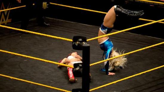 Ganske sikker på at Sasha endte med et solid blåmerke etter denne landingen. (NXT)