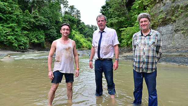 Gutta boys midt i River Kwai (BBC)