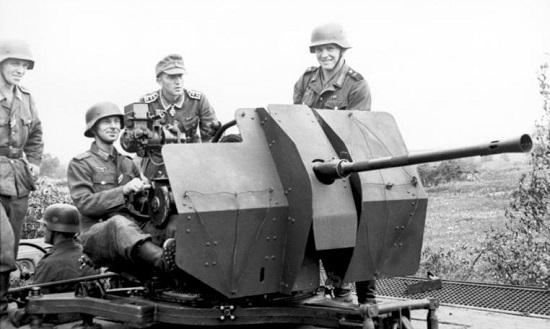 Flak38 fotografert syd i Russland, sommeren 1943. (via Bundesarchiv)