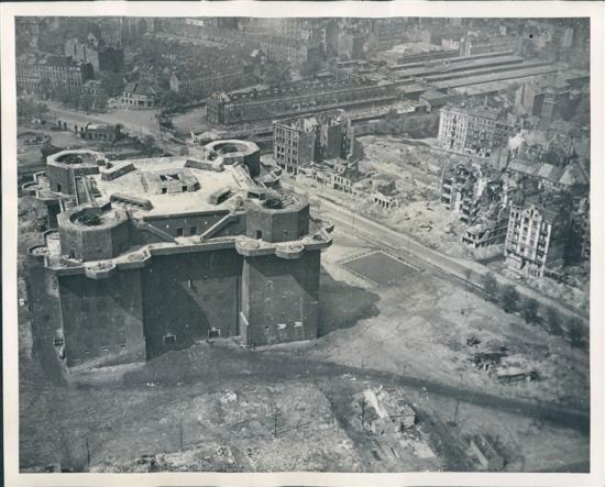 Selv de enorme mengdene bober sluppet over den tyske hovedstaden kunne knapt lage nevneverdige skader på denne betongkolossen. (Bildet er hentet her.)