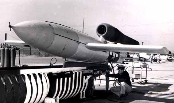 En JB-2 Loon gjøres klar for en testavfyring på Alomogordo AAF ca 1946, (Dette ser ut som MPMs unummererte profil) (Wikipedia)