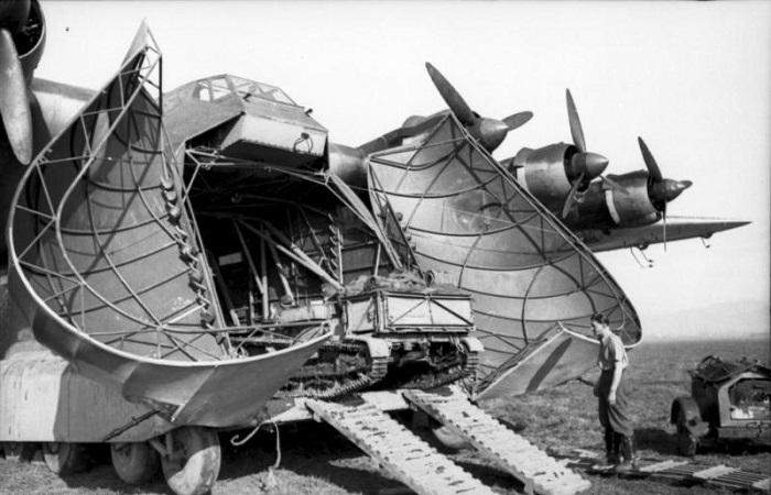 Lossing av en Me323 Gigant i Tunisia, 1942  (Bundesarchiv via Wikipedia)