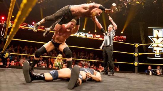 Og jeg går aldri lei av at Big Cass bruker Enzo som våpen.  (NXT)