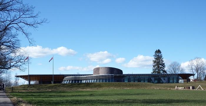 Midgardsenteret ble åpnet av dronningen i 2000