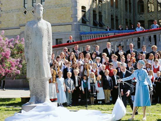 Fra avdukingen av statuen 18. mai i fjor. (britannica.com)