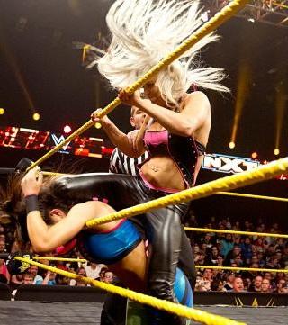 Dana så også myyye bedre ut, både utseendemessig (platinablond>sennepsgult) og i ringen. (NXT)