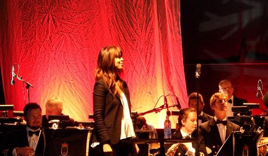 Hun skrøt uhemmet av akkompagnementet men innrømmet at det var litt skummelt med en myndig dirigent, selv om det var deilig å få et tydelig tegn når hun skulle stemme opp.