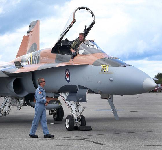 Astronaut Chris Hadfield hilser på Captain Denis Beaulieu i dennes CF-18 Hornet. (Ottawa Sun)