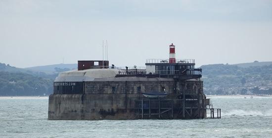 Fra fortet kan du også se over til det nærmeste av de fire sjøfortene i The Solent, Spitbank.