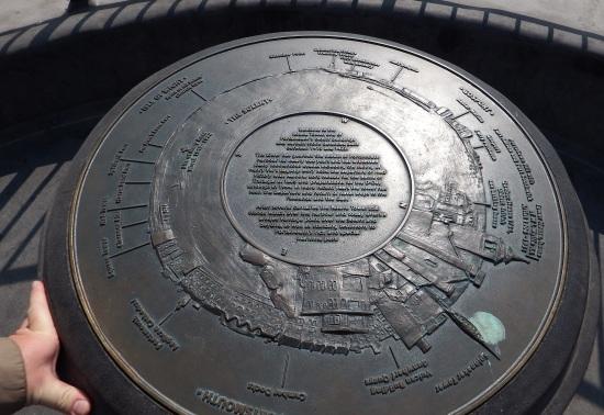 Bronsetavlen på toppen av Round Tower lar deg identifisere alle kjennemerker i horisonten. (Trykk på bildet for større størrelse)