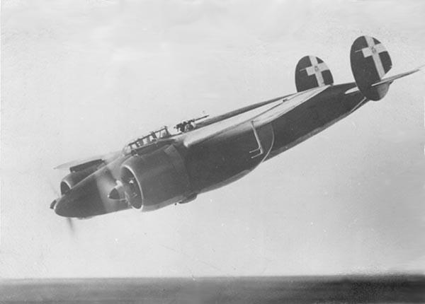 En Breda Ba.88 i svakt stup, fotografert en gang  før krigen.  (Wikipedia)