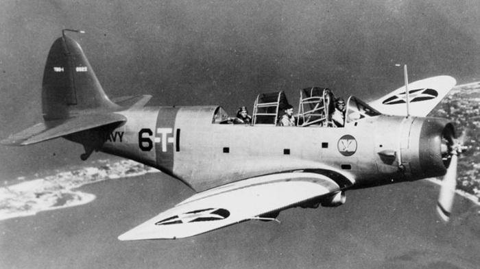 En amerikanske marinen Douglas TBD-1 Devastator (BuNo 0322) fra Torpedo Squadron Six (VT-6) avbildet under flygning sannsynligvis over Virginia (USA). Legg merke til skvadronens insignia, en Great White Albatross, på skroget under cockpit. Etablert som VT-8S i 1937, ble skvadronen redesignated VT-6 samme år. Akseptere levering av sin første TBD-1 fly i 1938, skvadronen operert fra USS Enterprise (CV-6) før etter slaget ved Midway i juni 1942. TBD-1 0322 kvittet etter drøye på takeoff fra Enterprise på 10 mars 1939 . mannskapet kunne bli reddet uskadd. (Wikipedia)