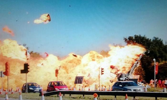 Når du ser bildene fra ulykken er det nesten utrolig at ikke flere  ble drept. (Twitter via Guardians Bildekarusell)