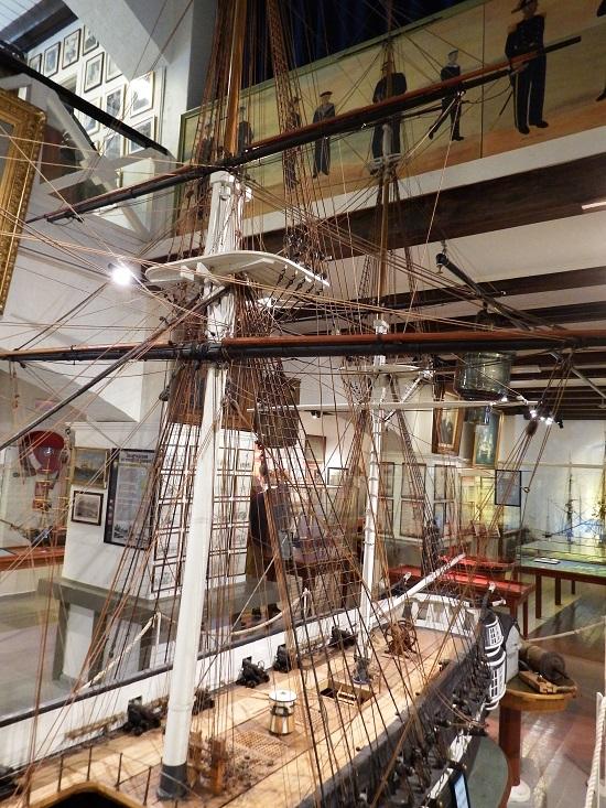 """Museet er som sagt over 150 år gammelt, og en av de eldre utstillingsobjektene er denne opplæringsmodellen av fregatten Freya. Datidens """"simulatortrening""""."""